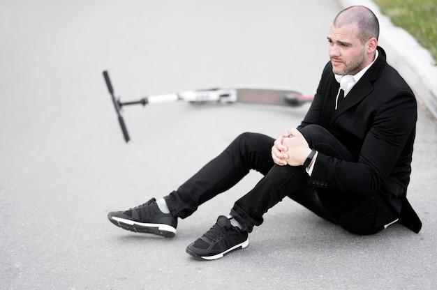 Portret van volwassen man gewond na het rijden scooter