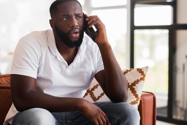 Portret van volwassen man praten aan de telefoon