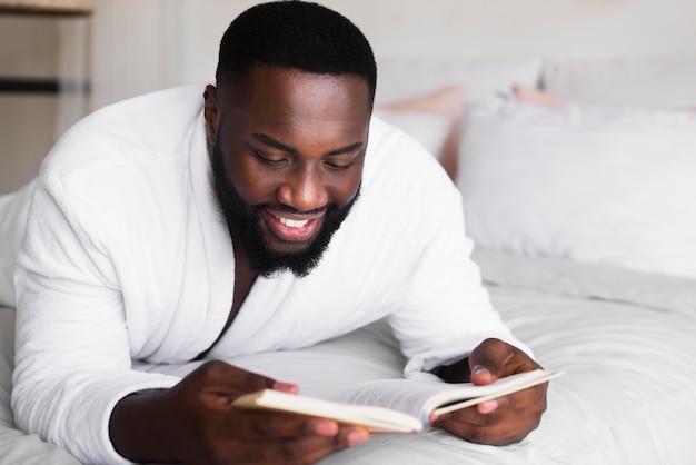 Portret van volwassen mannetje dat een boek leest