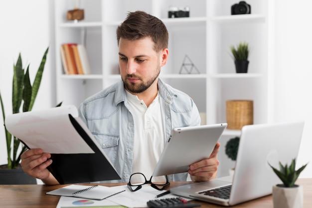 Portret van volwassen mannetje dat vanuit huis werkt