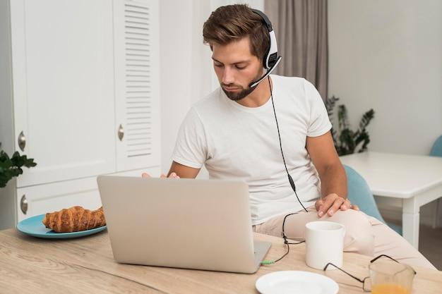 Portret van volwassen mannetje genieten van werk vanuit huis