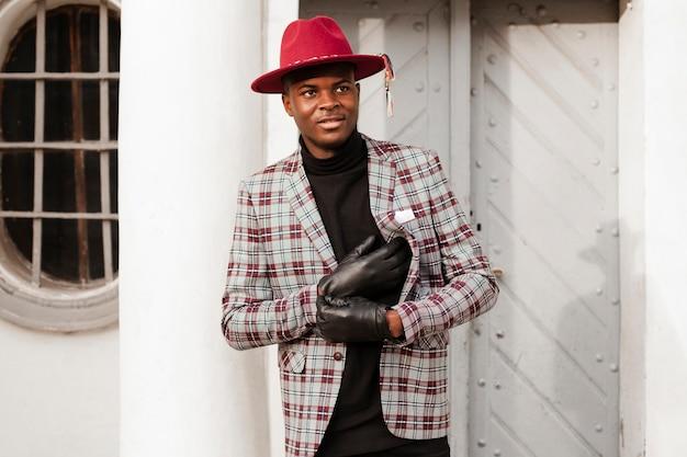 Portret van volwassen mannetje met moderne hoed en handschoenen