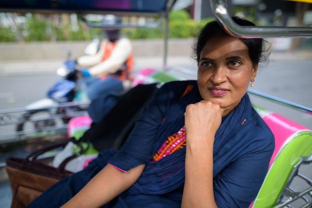 Portret van volwassen mooie indiase vrouw verkennen van de stad bangkok, thailand