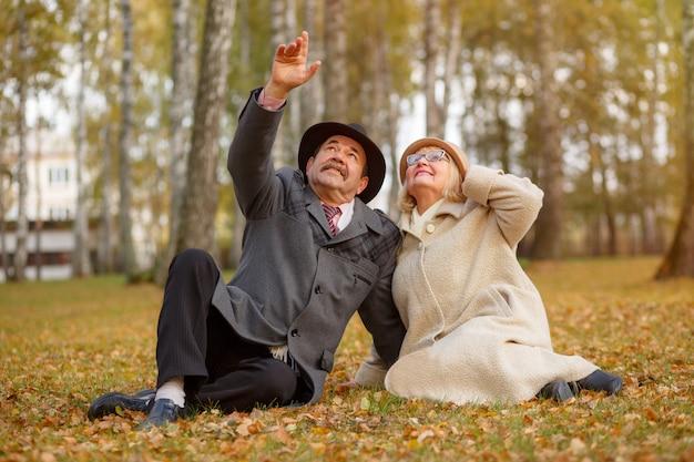 Portret van volwassen paar in het de herfstpark