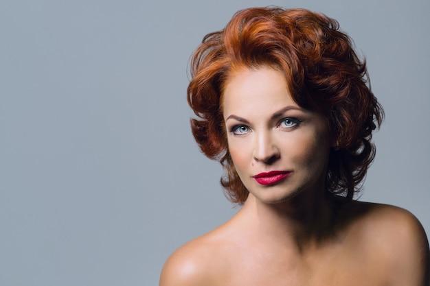 Portret van volwassen roodharige vrouw