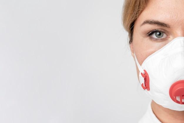 Portret van volwassen vrouw die chirurgisch masker draagt