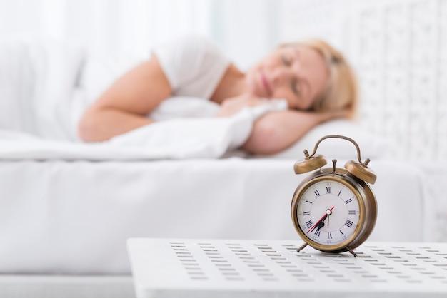 Portret van volwassen vrouw die een dutje doet