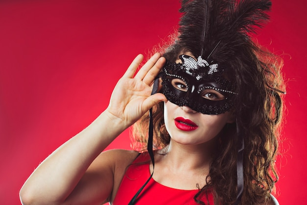 Portret van volwassen vrouw in zwart masker