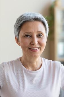 Portret van volwassen vrouw lachend