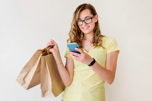 Portret van volwassen vrouw met boodschappentassen