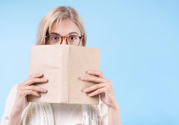 Portret van volwassen vrouw met een bril