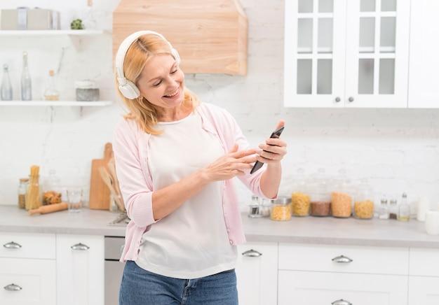 Portret van volwassen vrouw met een koptelefoon