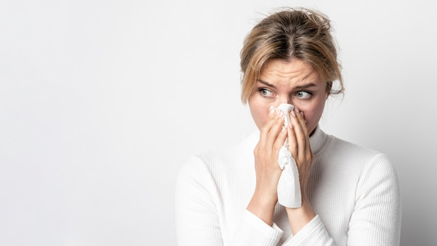 Portret van volwassen vrouw met infectiesymptoom