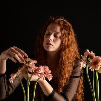 Portret van volwassen vrouw met kleurrijke bloemen