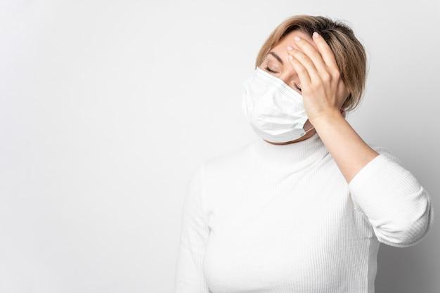 Portret van volwassen vrouw met ziektesymptoom