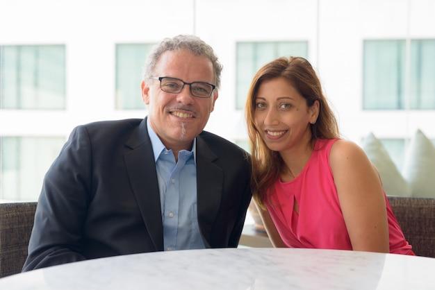Portret van volwassen zakenman en mooie vrouw samen en verliefd