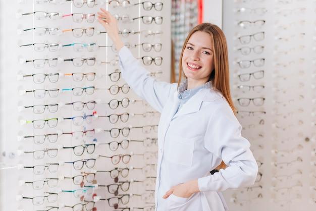 Portret van vriendelijke vrouwelijke optometrist