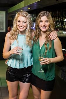 Portret van vrienden die champagne drinken