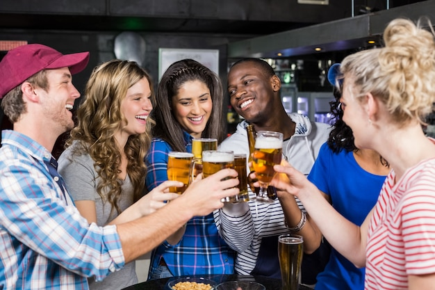 Portret van vrienden die een drank hebben