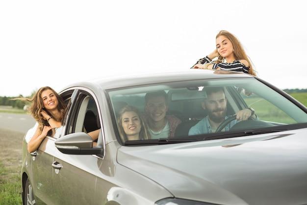 Portret van vrienden die van de wegreis genieten in openlucht