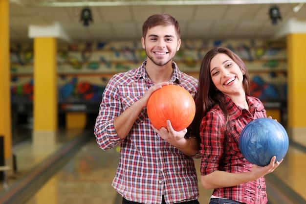 Portret van vrienden in bowlingclub