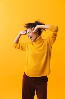 Portret van vrij afro-amerikaanse vrouw met afro kapsel vreugde en dansen, geïsoleerd