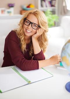Portret van vrij blond meisje met notitieboekje