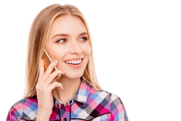 Portret van vrij gelukkige vrouw die op mobiele telefoon spreekt