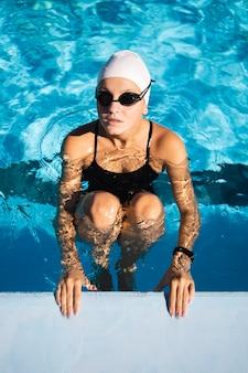 Portret van vrij jong meisje poseren in zwemkleding