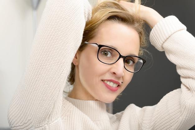 Portret van vrij jonge blondevrouw met glazen