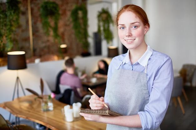 Portret van vrij jonge serveerster