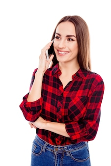 Portret van vrij jonge vrouw die op mobiele telefoon spreekt