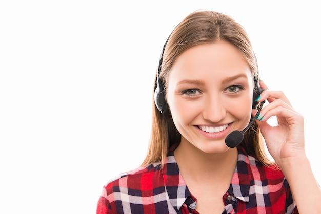 Portret van vrij jonge werknemer in callcenter