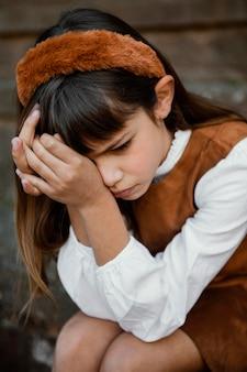 Portret van vrij klein meisje dat verdrietig is