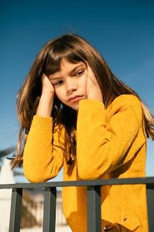 Portret van vrij klein meisje dat zich verveelt