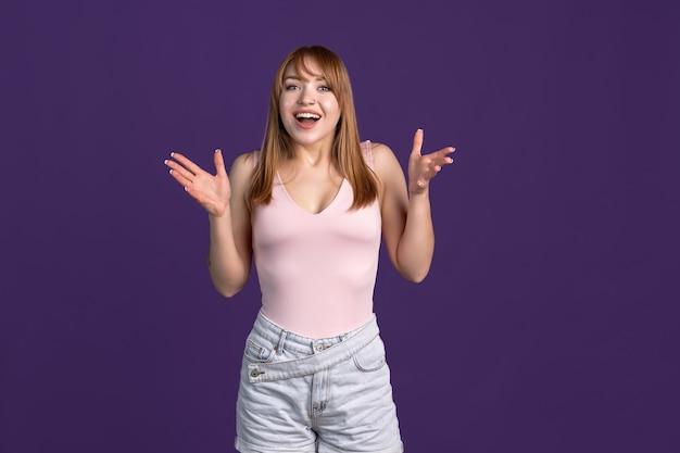 Portret van vrij romantisch meisje geïsoleerd op gekleurde neon studio achtergrond. concept van menselijke emoties