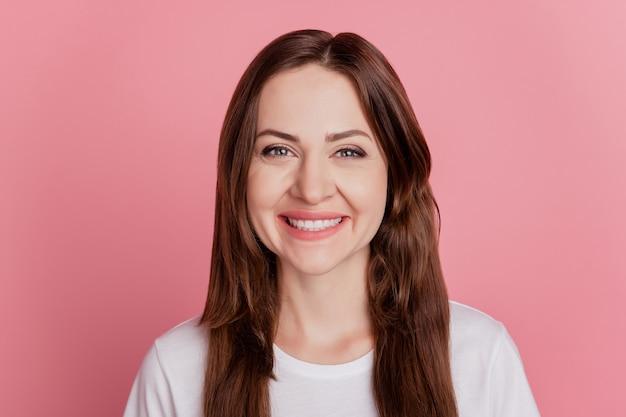 Portret van vrij schattig vrolijk mooi meisje stralende glimlach op roze achtergrond