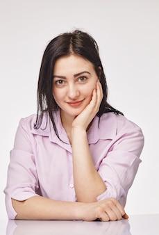 Portret van vrij sexy jonge vrouw die in bureau werkt