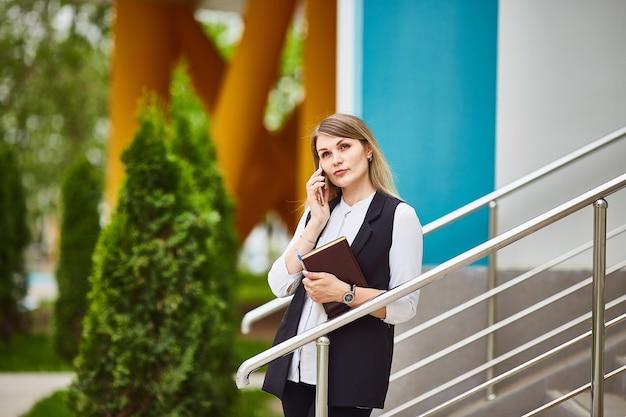 Portret van vrij volwassen peinzende vrouw die op mobiel haar spreekt
