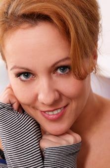 Portret van vrij vrouw op middelbare leeftijd
