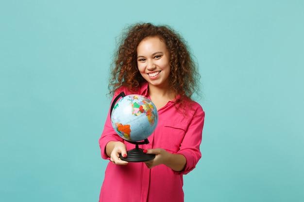 Portret van vrolijk afrikaans meisje in casual kleding in handen earth wereldbol geïsoleerd op blauwe turkooizen achtergrond in studio. mensen oprechte emoties, lifestyle concept. bespotten kopie ruimte.