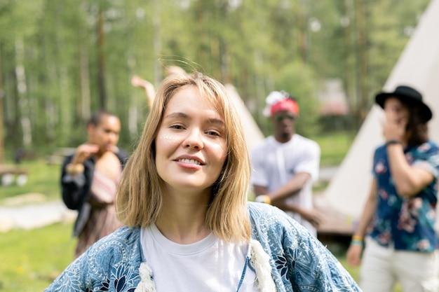 Portret van vrolijk blond-haired meisje dat pret heeft bij muzikaal festival