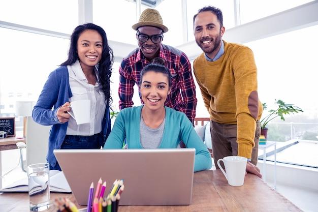 Portret van vrolijk commercieel team op creatief kantoor