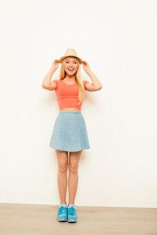 Portret van vrolijk gelukkig meisje zomer hoed dragen