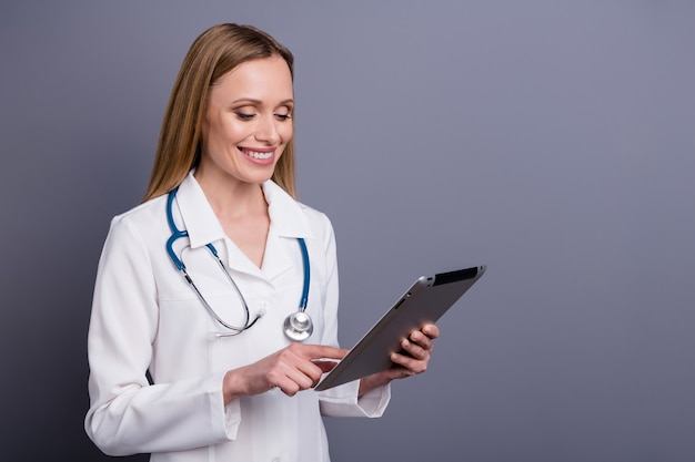 Portret van vrolijk meisje doc-therapeut gadget draadloze verbinding gebruiken