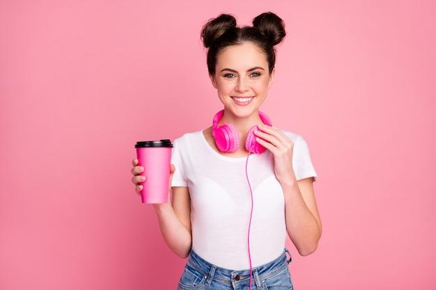 Portret van vrolijk meisje luister muziek drink warme latte chocolade cappuccino