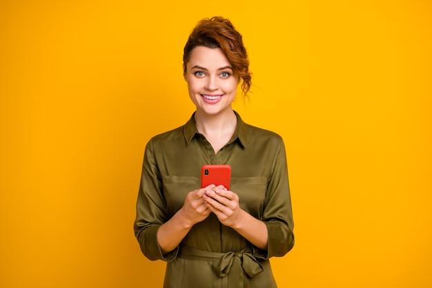 Portret van vrolijk meisje met behulp van gadget browsen telefoon