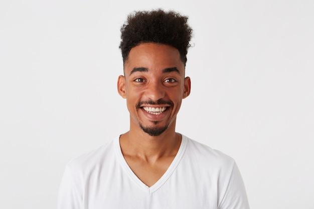 Portret van vrolijke aantrekkelijke afro-amerikaanse jonge man