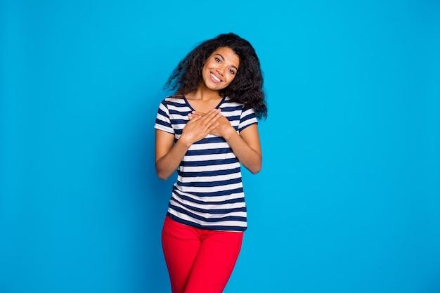 Portret van vrolijke afro-amerikaanse vrouw handpalmen op de borst