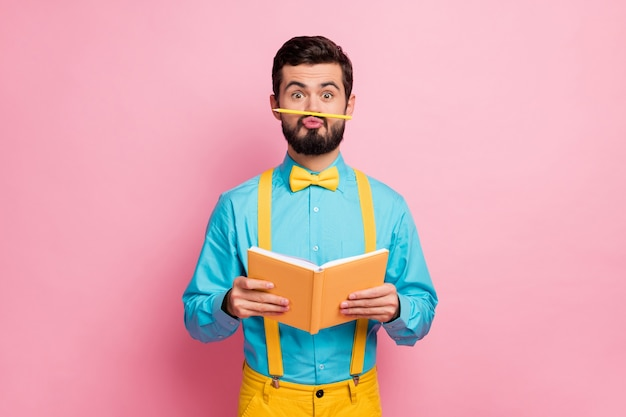 Portret van vrolijke bebaarde man grimassen bedrijf in handen dagboek